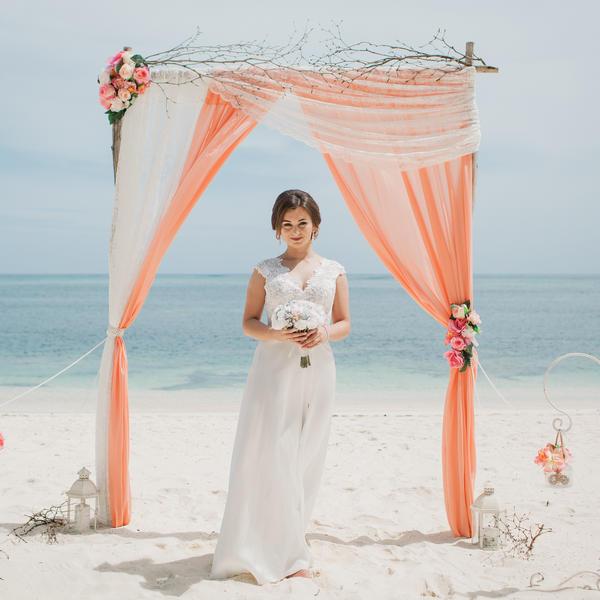 Дизайнерская персиковая свадьба с ветками на приватном пляже Александра и Оксаны – WedDesign – Свадьба в Доминикане