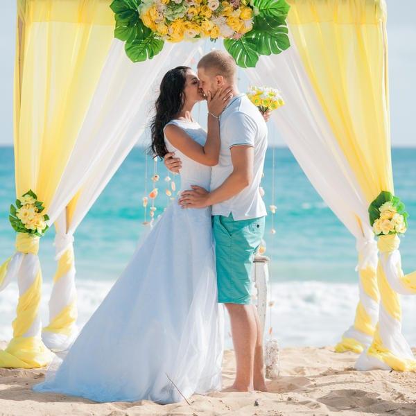 Желтая свадебная церемония Андрея и Анны на пляже Макао в Доминикане – WedDesign – Свадьба в Доминикане