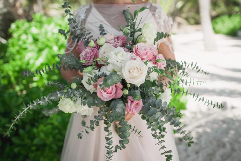 Букет-растрепыш из роз и эвкалипта – WedDesign | Свадьба в Доминикане
