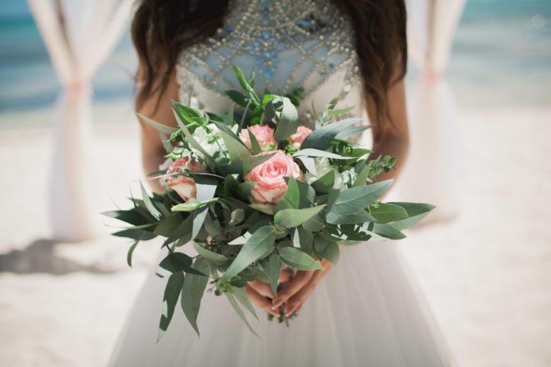 Зеленый букет с нежными розами – WedDesign | Свадьба в Доминикане