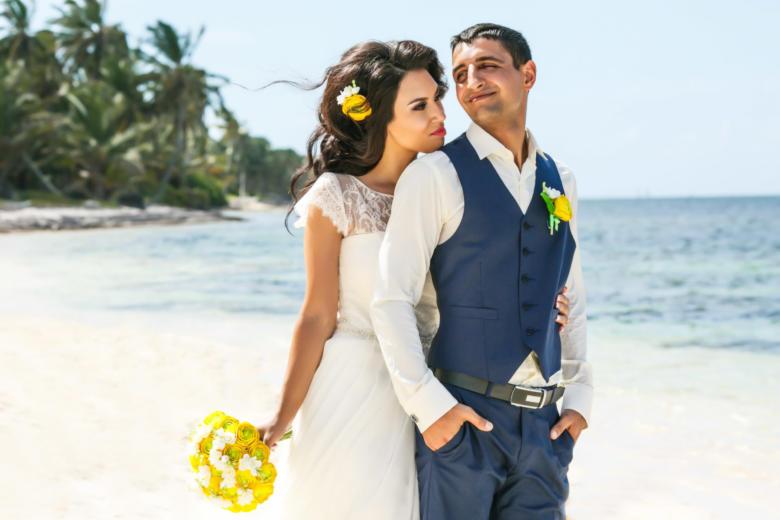 Букет «Желтые ранункулюсы», украшение в волосы и бутоньерка – WedDesign | Свадьба в Доминикане