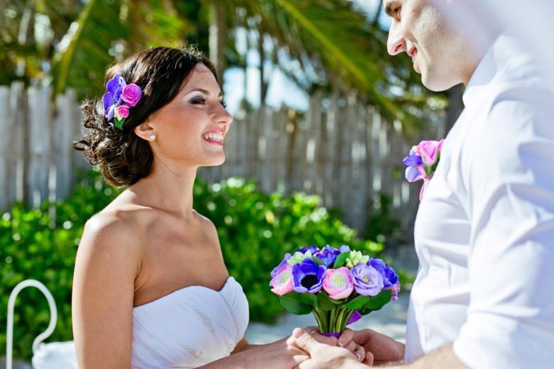 Букет «Яркий», украшение в волосы и бутоньерка для жениха – WedDesign | Свадьба в Доминикане
