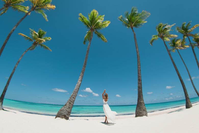 Яркая фотосессия на пляже Хуанийо в Кап Кане – WedDesign | Свадьба в Доминикане