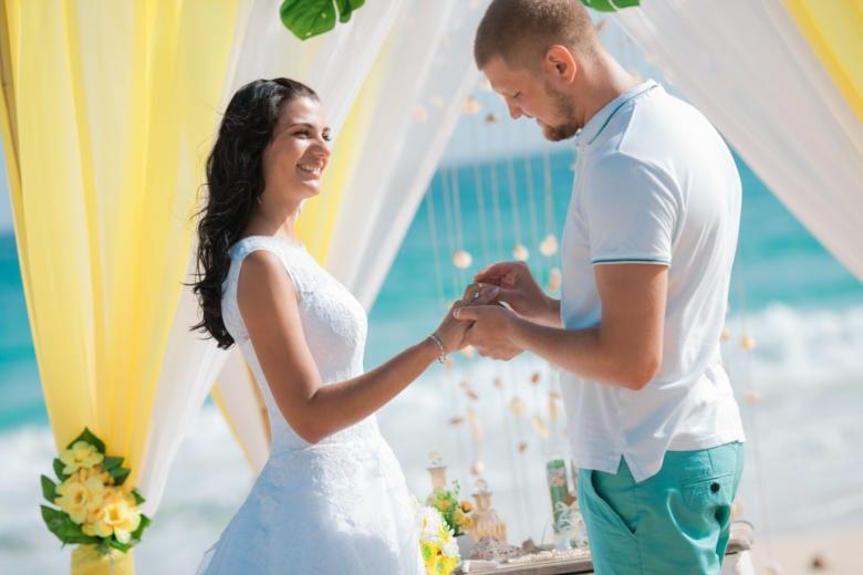 Желтая свадебная церемония Андрея и Анны на пляже Макао в Доминикане – WedDesign | Свадьба в Доминикане