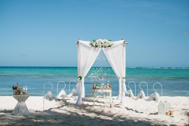 Белая узкая в белом цвете с крючками – WedDesign   Свадьба в Доминикане