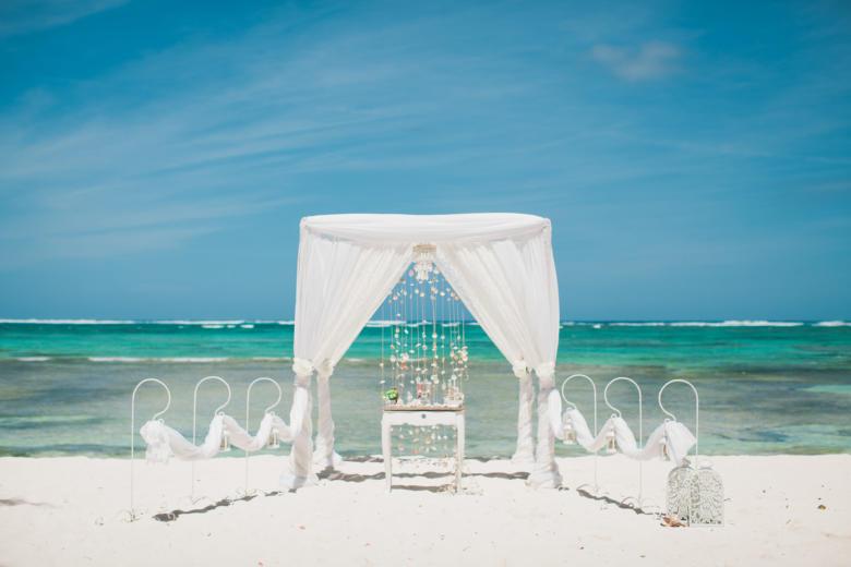Белая арка с кружевом и крючками – WedDesign   Свадьба в Доминикане