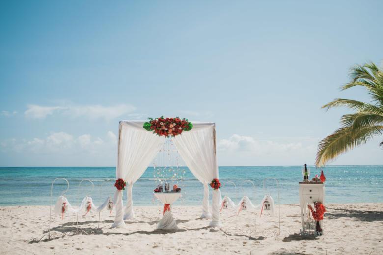 Белая арка с красными цветами и крючками – WedDesign   Свадьба в Доминикане