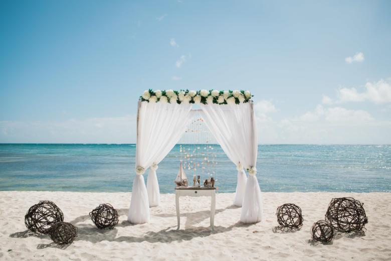 Белая арка. Нежные пионы. Стол старинный. Плетеные шары – WedDesign   Свадьба в Доминикане