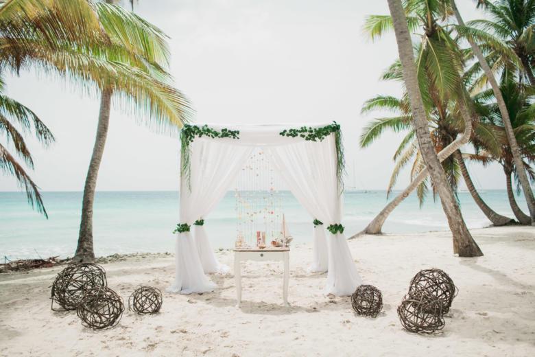 Белая арка. Зеленый вьюн. Стол старинный. Плетеные шары – WedDesign   Свадьба в Доминикане