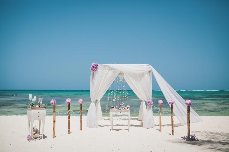 Белая арка со шлейфон. Фиолетовые цветы. Стол старинный. Бамбуковая дорожка – WedDesign | Свадьба в Доминикане