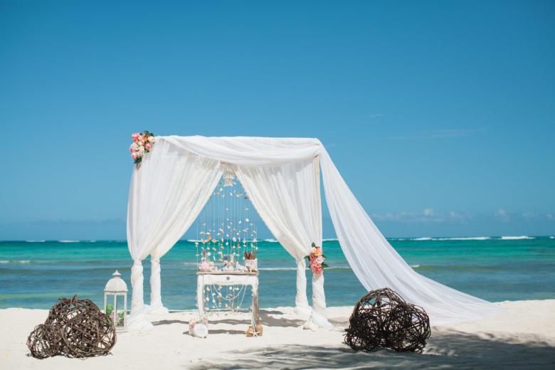 Белая арка с кружевом, шлейфом, розовыми цветами и шарами – WedDesign | Свадьба в Доминикане
