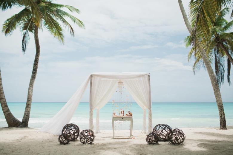 Белая арка с кружевом, шлейфом плетеными и шарами – WedDesign   Свадьба в Доминикане