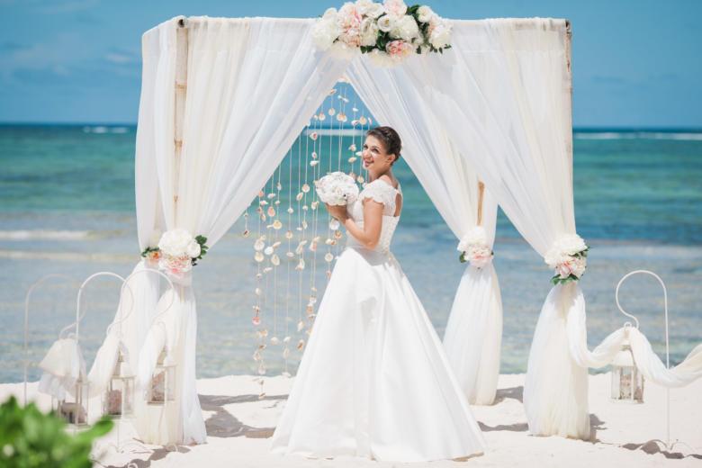 Белая арка с бежевым, пионами и крючками – WedDesign | Свадьба в Доминикане