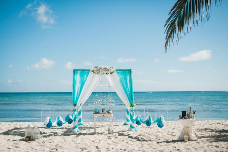 Бюрюзово-белая арка с белыми цветами, крючками и синими шарами – WedDesign   Свадьба в Доминикане