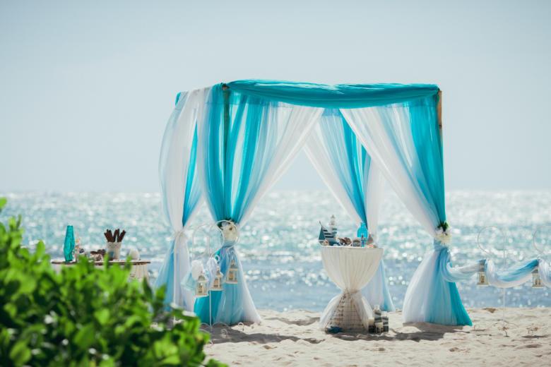 Бирюза, голубой и белый с навесом, крючками с фонариками – WedDesign   Свадьба в Доминикане