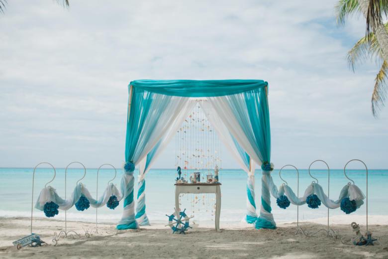 Бирюза, голубой и белый с навесом, крючками с синими шарами – WedDesign   Свадьба в Доминикане