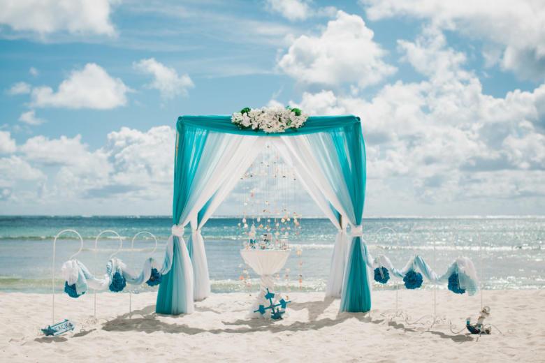 Бирюза, голубой и белый с навесом, белые цветы, крючки с синими шарами – WedDesign   Свадьба в Доминикане