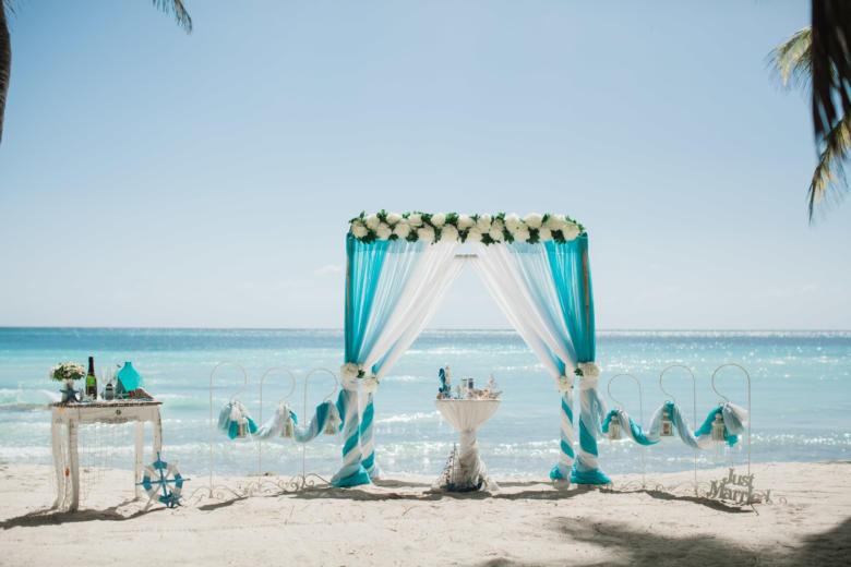 Бирюза, голубой и белый, цвeточная композиция из пионов, крючки с фонариками – WedDesign   Свадьба в Доминикане