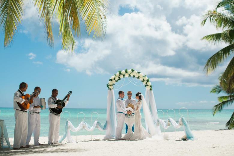 Полукруглая арка. Голубой и белый. Цвeточная композиция из пионов. Крючки с фонариками – WedDesign   Свадьба в Доминикане