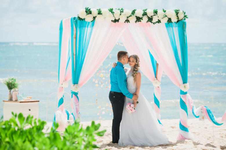 Бирюза, белый и розовый. Цвeточная композиция из пионов. Крючки с фонариками – WedDesign   Свадьба в Доминикане