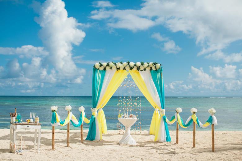 Бирюза, белый и желтый. Цвeточная композиция из пионов. Бамбуковая дорожка – WedDesign | Свадьба в Доминикане