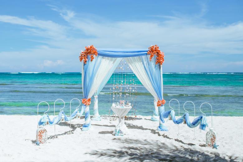 Васильковый и белый. Персиковые цветы. Крючки с фонариками – WedDesign   Свадьба в Доминикане
