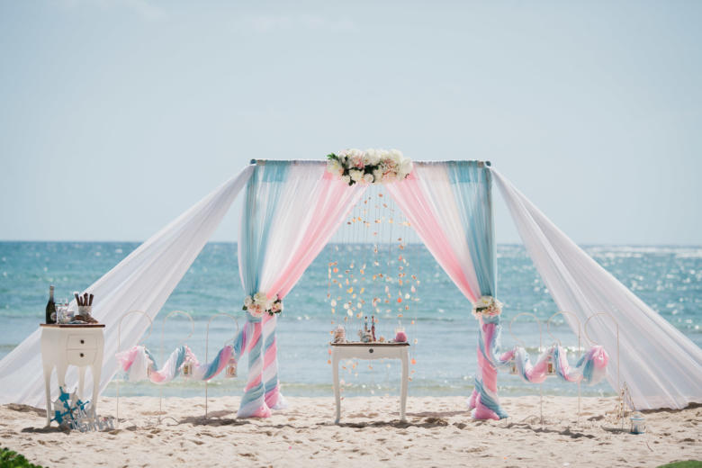 Небесно-голубой, белый и розовый. Нежные пионы. Два шлейфа. Крючки с фонариками – WedDesign   Свадьба в Доминикане