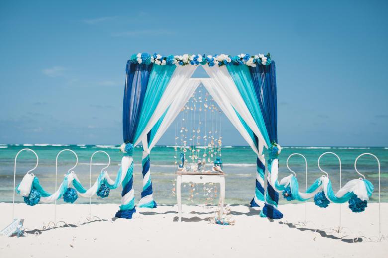 Синий, бирюза и белый. Синяя цветочная композиция. Старинный стол. Крючки с синими шарами – WedDesign | Свадьба в Доминикане
