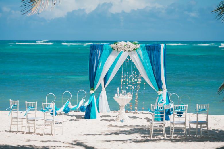 Синий, бирюза и белый. Белые цветы. Стол круглый. Крючки с синими шарами – WedDesign   Свадьба в Доминикане