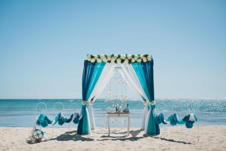 Синий, бирюза и белый. Цвeточная композиция из пионов. Стол старинный. Крючки с синими шарами – WedDesign | Свадьба в Доминикане