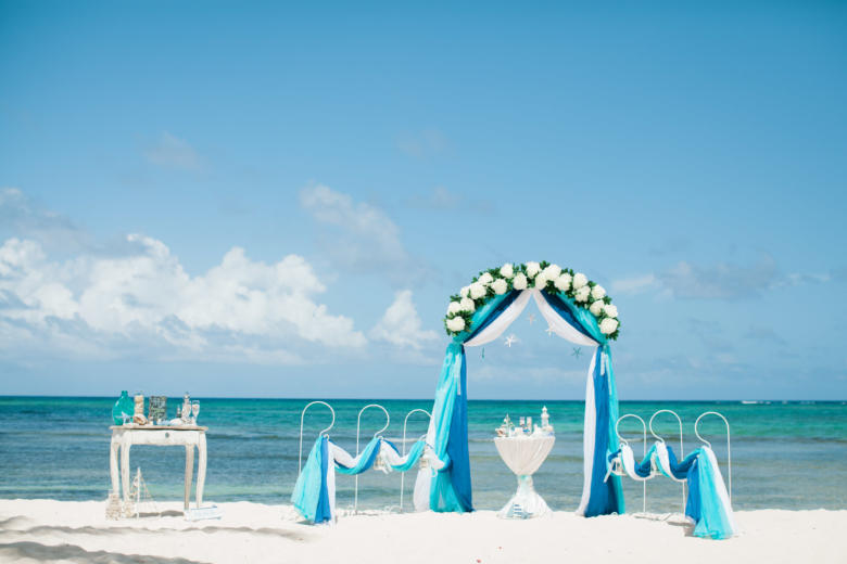 Синий, бирюза и белый. Цвeточная композиция из пионов. Стол круглый. Крючки с синими шарами – WedDesign | Свадьба в Доминикане
