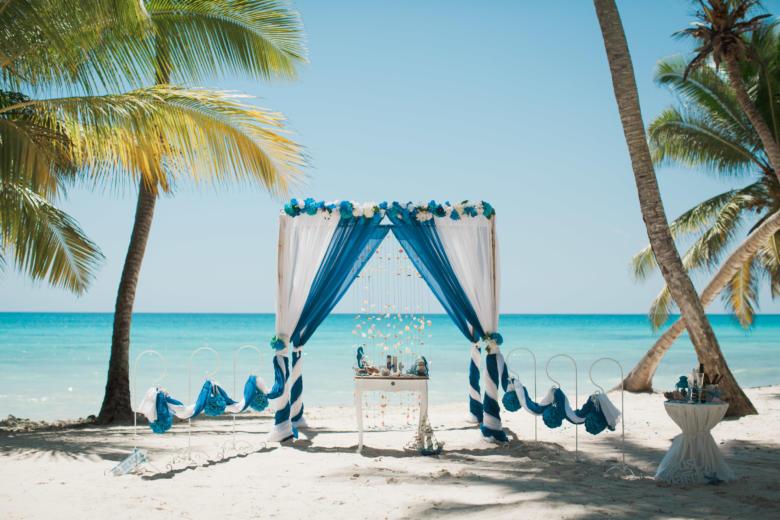 Белый и синий. Синяя цветочная композиция. Стол старинный. Крючки с синими шарами – WedDesign   Свадьба в Доминикане