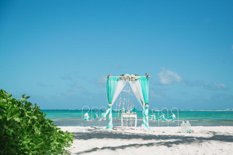Узкая арка тиффани и белый. Стол старинный. Крючки с фонариками – WedDesign   Свадьба в Доминикане
