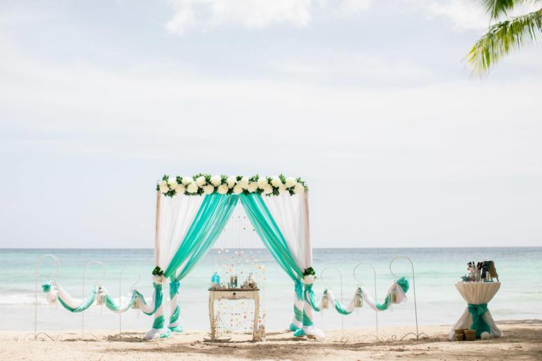 Белый и тиффани.Цвeточная композиция из пионов. Стол старинный. Крючки с фонариками – WedDesign   Свадьба в Доминикане