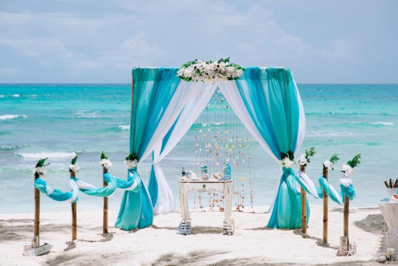 Тиффани, бирюза и белый. Белые цветы. Стол старинный. Бамбуковая дорожка – WedDesign | Свадьба в Доминикане