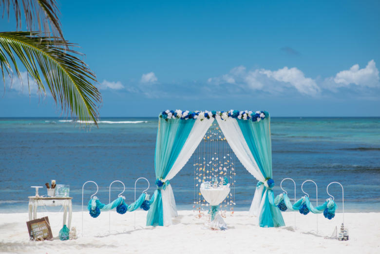 Тиффани, бирюза и белый. Синяя цветочная композиция. Стол круглый. Крючки с синими шарами – WedDesign | Свадьба в Доминикане
