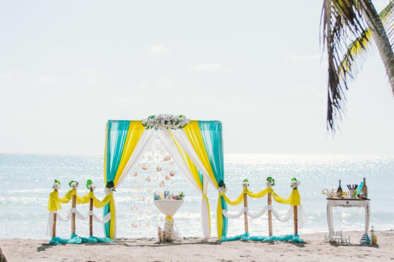 Тиффани, желтый и белый. Белые цветы. Стол круглый. Бамбуковая дорожка – WedDesign   Свадьба в Доминикане