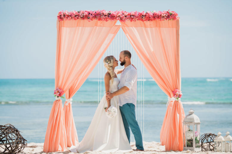 Персиковая арка. Розовые цветы. Плетеные шары и фонарики – WedDesign   Свадьба в Доминикане