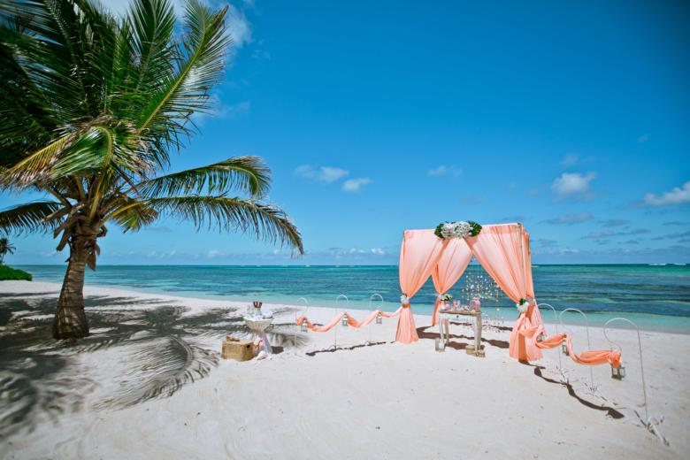 Персиковая арка. Белые цветы. Стол старинный. Крючки с фонариками – WedDesign | Свадьба в Доминикане