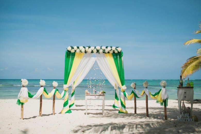 Зеленый, желтый и белый. Цвeточная композиция из пионов. Стол старинный. Бамбуковые столбики с цветами – WedDesign   Свадьба в Доминикане
