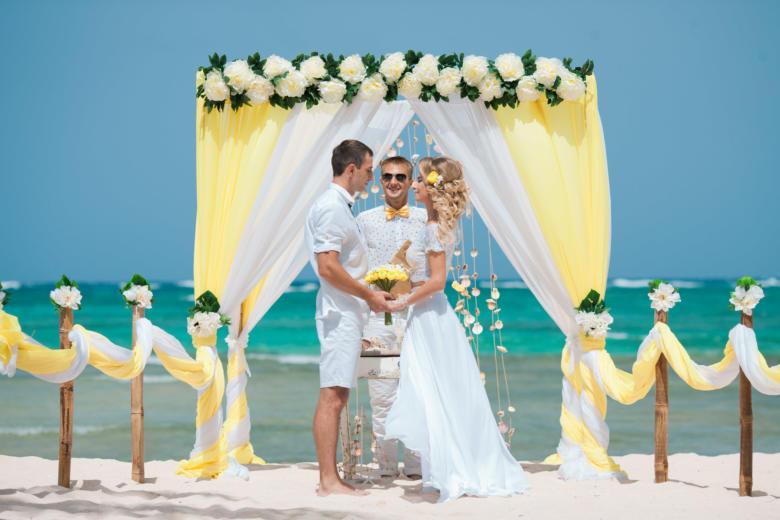 Желтый и белый. Цвeточная композиция из пионов. Стол старинный. Бамбуковая дорожка – WedDesign   Свадьба в Доминикане