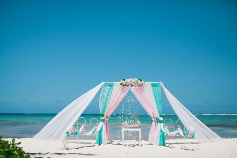 Тиффани, белый и розовый. Белые цветы. Два шлейфа. Стол старинный. Крючки с фонариками – WedDesign   Свадьба в Доминикане