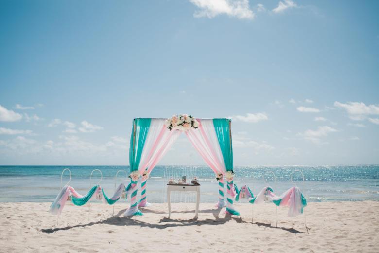Тиффани, белый и розовый. Нежные пионы. Стол старинный. Крючки с фонариками – WedDesign | Свадьба в Доминикане
