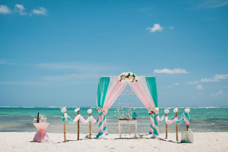 Тиффани, белый и розовый. Нежные пионы. Стол старинный. Бамбуковая дорожка – WedDesign   Свадьба в Доминикане