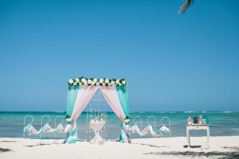 Тиффани, белый и розовый. Цвeточная композиция из пионов. Стол круглый. Крючки с фонариками – WedDesign | Свадьба в Доминикане