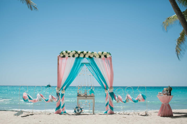 Розовый, белый и бирюза. Цвeточная композиция из пионов. Стол старинный. Крючки с фонариками – WedDesign   Свадьба в Доминикане