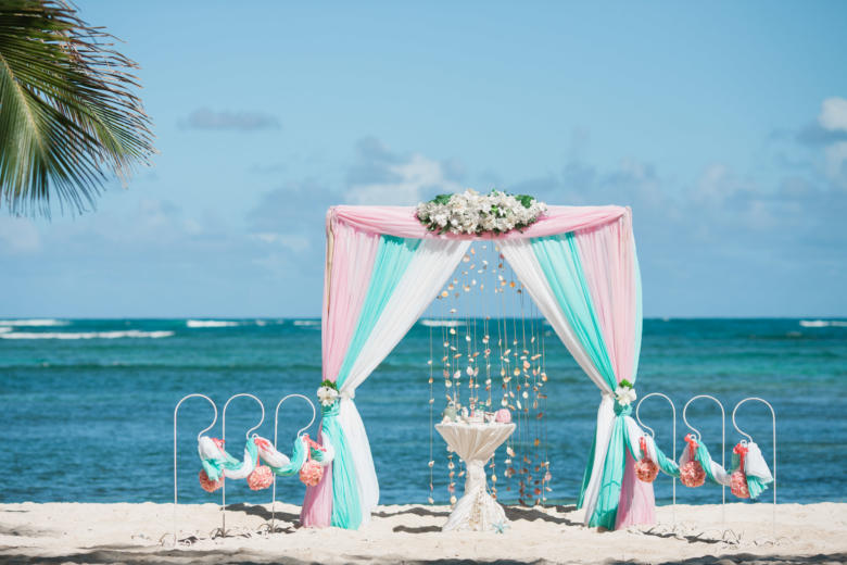 Розовый, тиффани и белый с навесом. Белые цветы. Стол круглый. Крючки с розовыми шарами – WedDesign   Свадьба в Доминикане