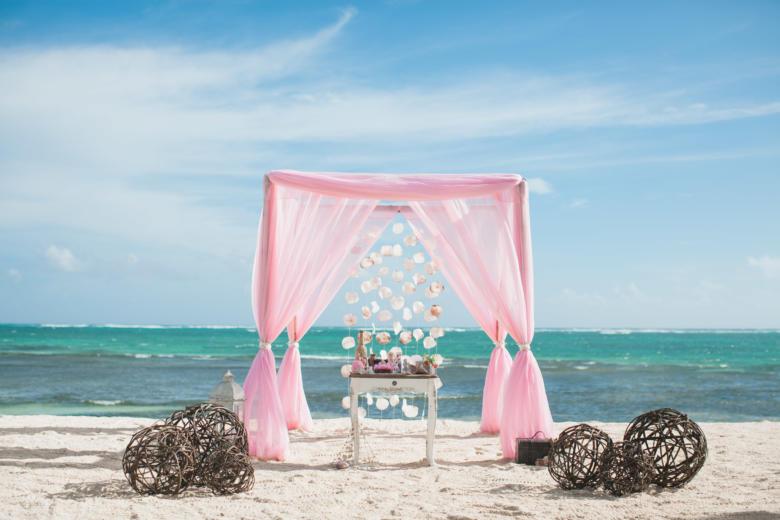 Розовая арка. Стол старинный. Плетеные шары – WedDesign   Свадьба в Доминикане