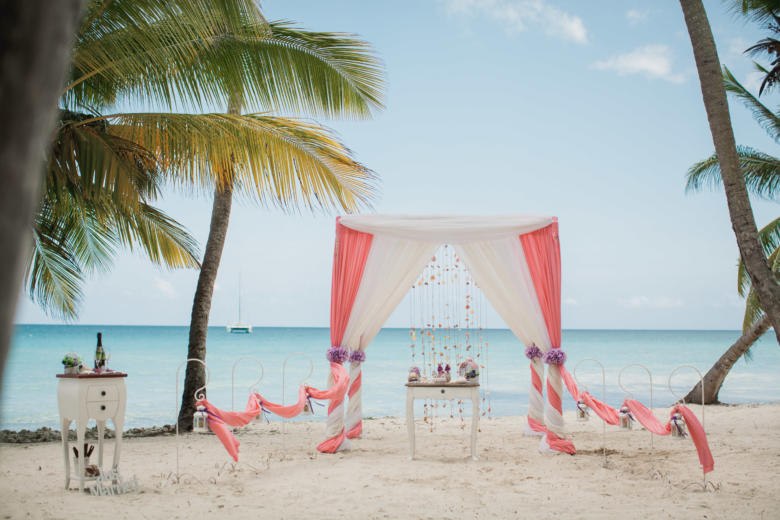 Лосось, белый и кружево с навесом. Фиолетовые цветы. Стол старинный. Крючки с фонариками – WedDesign   Свадьба в Доминикане