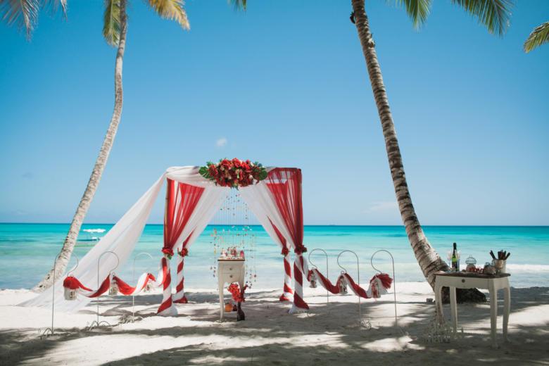 Красный и белый. Красные цветы. Навес и шлейф. Высокий стол. Крючки с фонариками – WedDesign   Свадьба в Доминикане